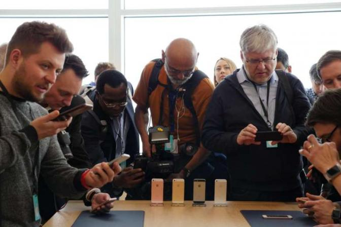 <p>The media scrambling to get a closer look at the new iPhone SE at the hands-on area at Apple Campus in Cupertino.</p>