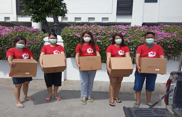 volunteer singapore carrying boxes