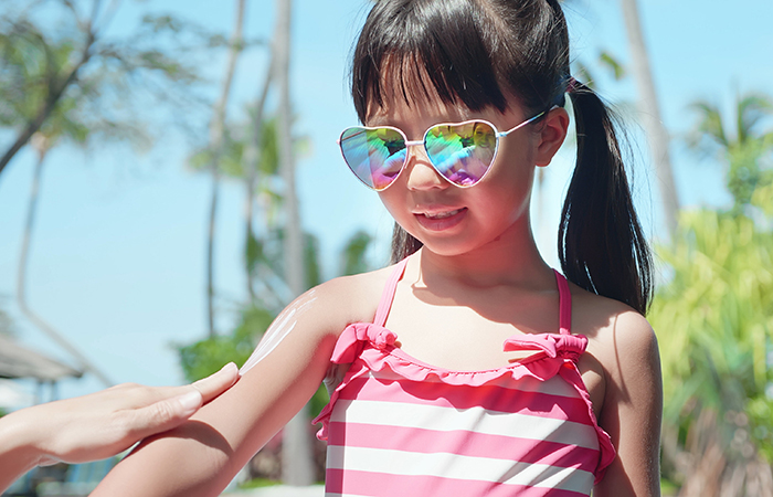 little girl with heart-shape sunglasses, at Singapore Zoo