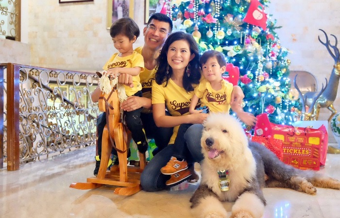 How to find true love when you live in a foreign country - Oliver and Candy Kuan and their children in front of a Christmas tree
